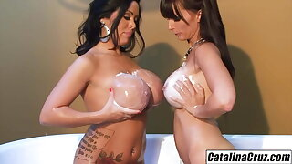 Bathtub buddies Catalina Cruz and Sienna West pussy munching
