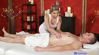 Massage leads hot blonde to please the client with a happy end
