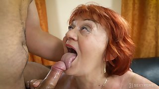 sleepymilf Marsha is surprised with long penis of delivery guy in the room